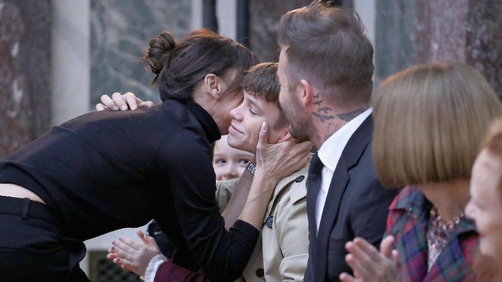 Foto: So Sweet, Kompaknya Keluarga Beckham di Fashion Show Terakhir Victoria