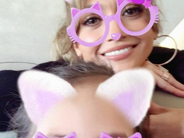 J-Lo juga suka main foto efek sama Emme nih. (Foto: Instagram/jlo)