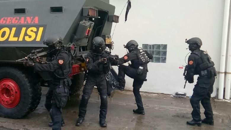 Foto: Brimob Polda Sulsel Simulasi Pengamanan Ketua KPU