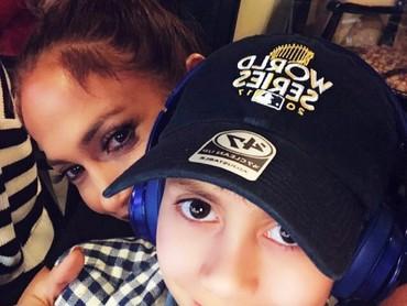 Diva yang akrab disapa J-Lo ini walaupun sibuk tapi tetap menyediakan waktu untuk anak-anaknya. (Foto: Instagram/jlo)