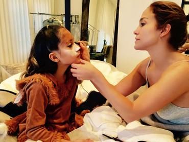 Waktu halloween aja, yang dandanin sang putri J-Lo sendiri lho. (Foto: Instagram/jlo)
