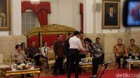 Buka Sidang Kabinet, Jokowi Salami Menteri Terbaik Dunia Sri Mulyani
