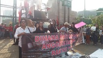 Tolak RUU KUHP, Aliansi Masyarakat Sipil Aksi di Depan Gedung DPR