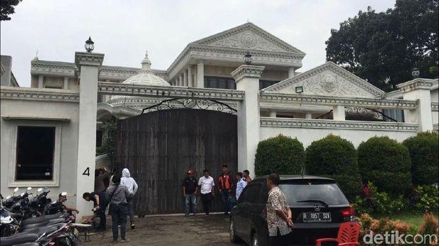 Rumah Anang-Ashanty tertutup untuk media yang ingin liput terkait meninggalnya ayahanda Millendaru.