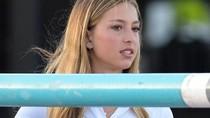 Gaya Unik Putri Cantik Steve Jobs Tenteng iPhone