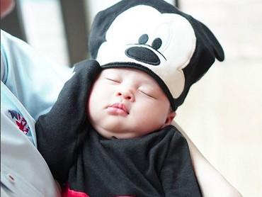 Ya ampun! Nggemesin banget sih Mickey Mouse cilik yang satu ini. (Foto: Instagram/ @raphaelmoeis_official)