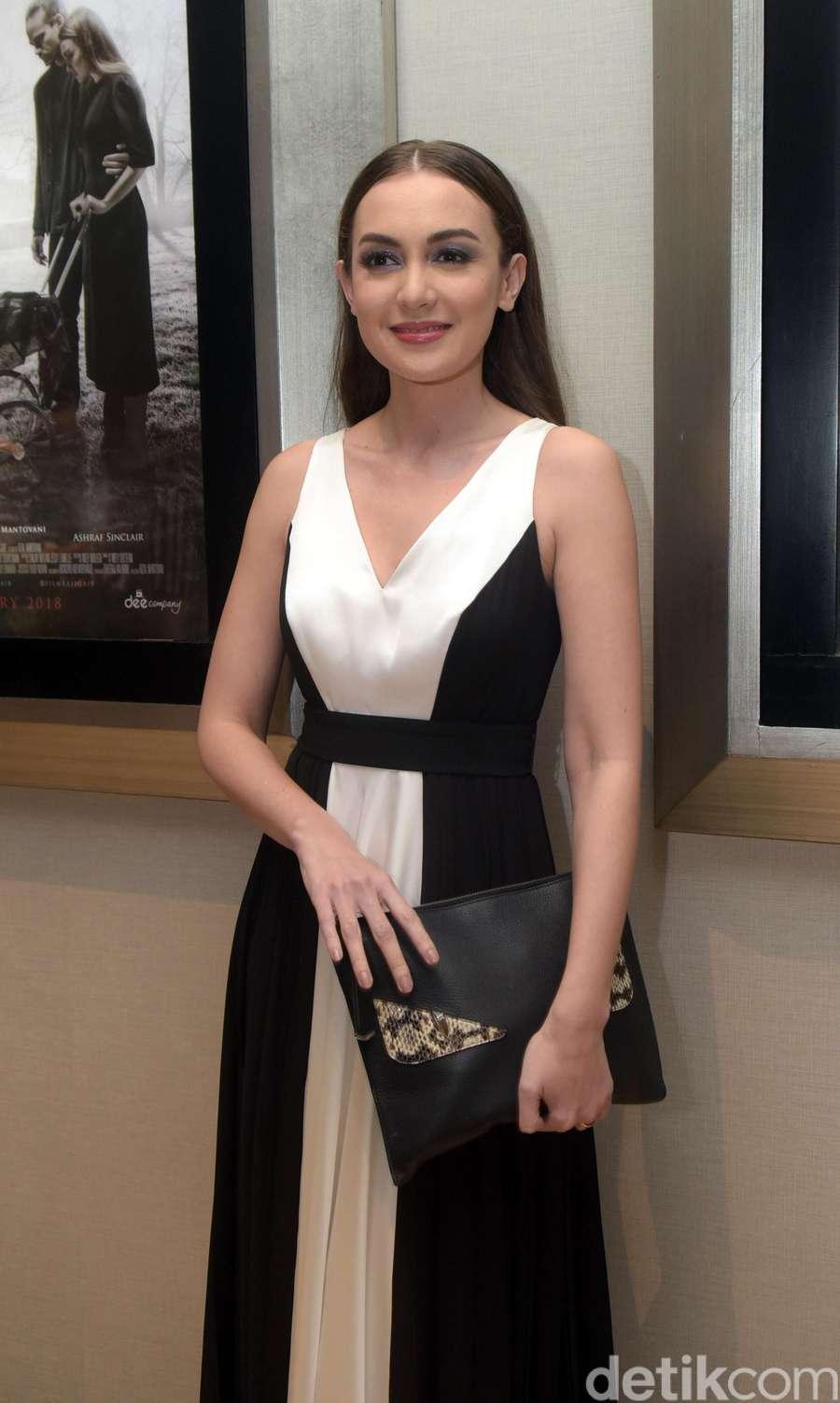 Stunning! Rianti Cartwright Anggun dengan Dress Monokrom