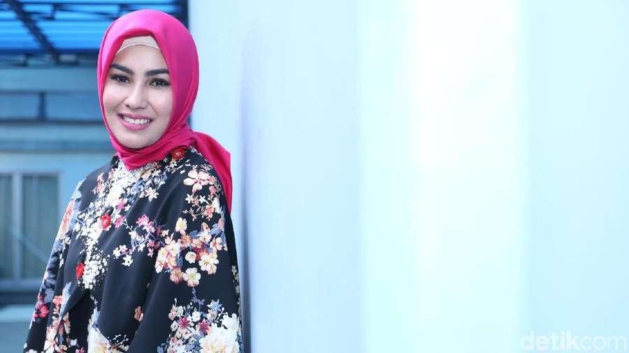 Berhijab, Kartika Putri Makin Cantik