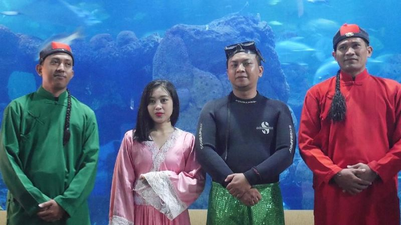 Traveler bisa menyaksikan atraksi barongsai dan liong di dalam air, di akuarium utama Seaworld, Ancol, Jakarta, yang diperagakan oleh para penyelam handal (Kurnia/detikTravel)