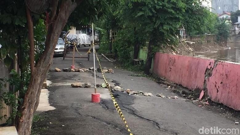 Bukan Patahan Aktif, Ini Penyebab Retaknya Jalan di Kampung Berlan