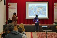 Husein Alkaff mengajarkan anak Jerman letak Indonesia (Albert Simohartono/Istimewa)