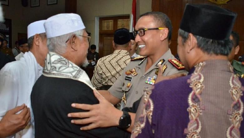 Polisi di Tangerang Diperintahkan Menginap di Rumah Kiai
