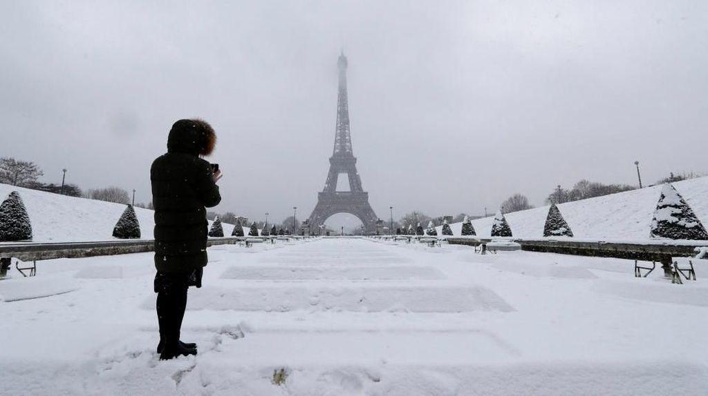 Foto: Kota Romantis Paris Jadi Lautan Salju
