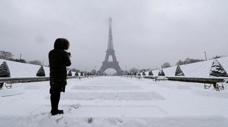 Beberapa minggu belakangan ini, salju terus menerus turun di Paris. Kota romantis itu pun jadi lautan berwarna putih (Reuters)