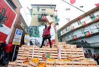 Jeruk-jeruk untuk berperang selama festival (Alessandro Bianchi/Reuters)