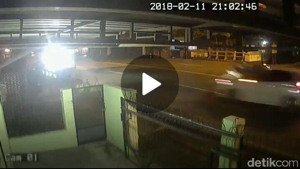 Terekam CCTV, Mobil Tabrak Motor Tewaskan Kakak Beradik di Kudus