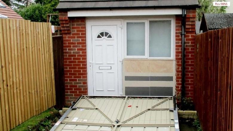 Foto: Palsukan Rumah Jadi Garasi, Pasangan Inggris Didenda Rp 37 Juta