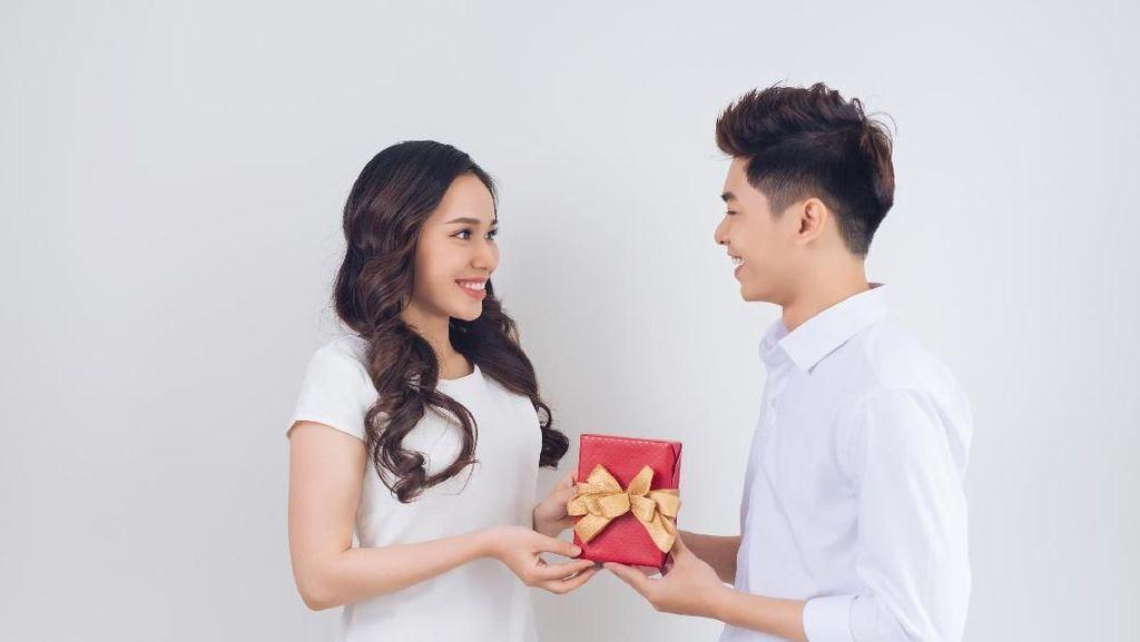 Bukan Bunga, Ini Kado Valentine Paling Favorit Wanita Indonesia
