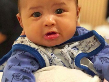 Pasang ekspresi sedih kayak gini aja Baby Rapha tetap lucu ya, Bun. (Foto: Instagram/ @raphaelmoeis_official)