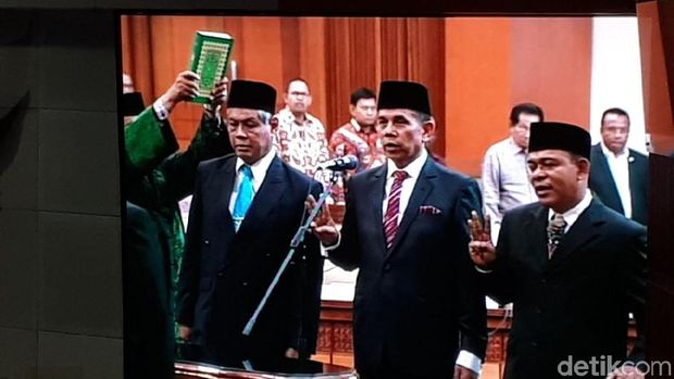 Sumpah jabatan pelantikan anggota DPR.