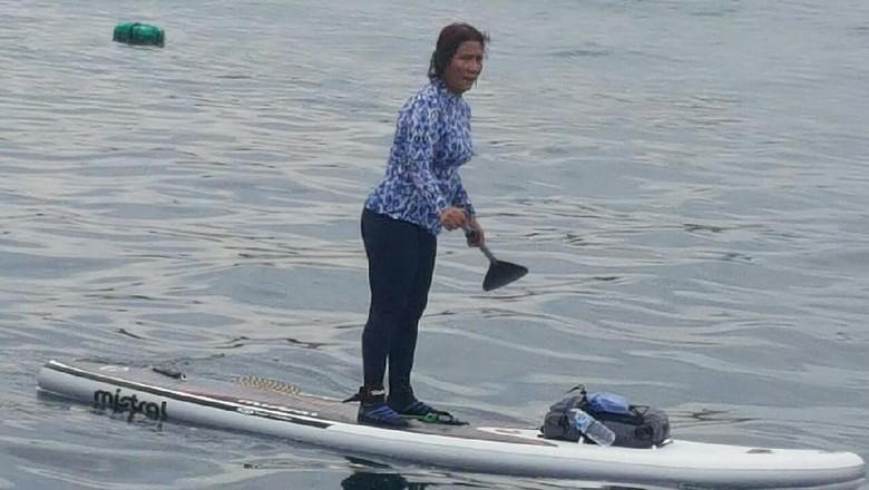 Tak Hanya Melihat, Menteri Susi Turut Berenang Bersama Hiu Tutul