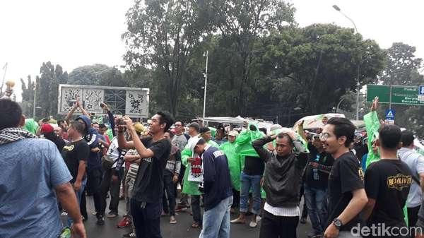 Diguyur Hujan, Aliando Tetap Semangat Demo