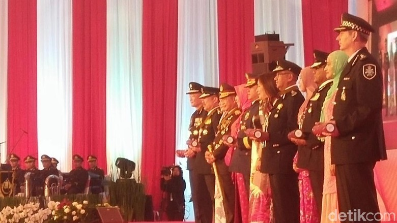 Kapolri Beri Tanda Kehormatan ke 5 Kepolisian Negara Tetangga