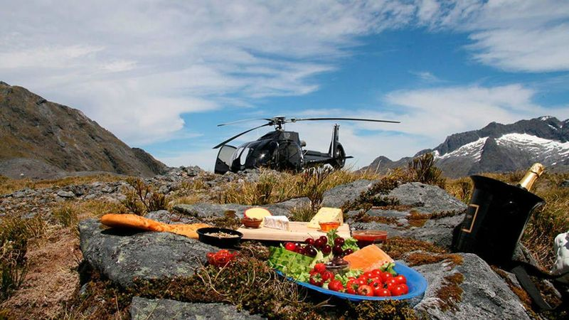 Ditengok dari CNN, piknik eksklusif di Queenstown, Selandia Baru dengan pemandangan Danau Wakatipu, romantis banget. Apalagi diantar dan dijemput naik helikopter (FlyNZ)