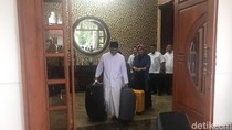 Gus Ipul Bersarung Seret Koper Tinggalkan Rumah Dinas Wagub Jatim