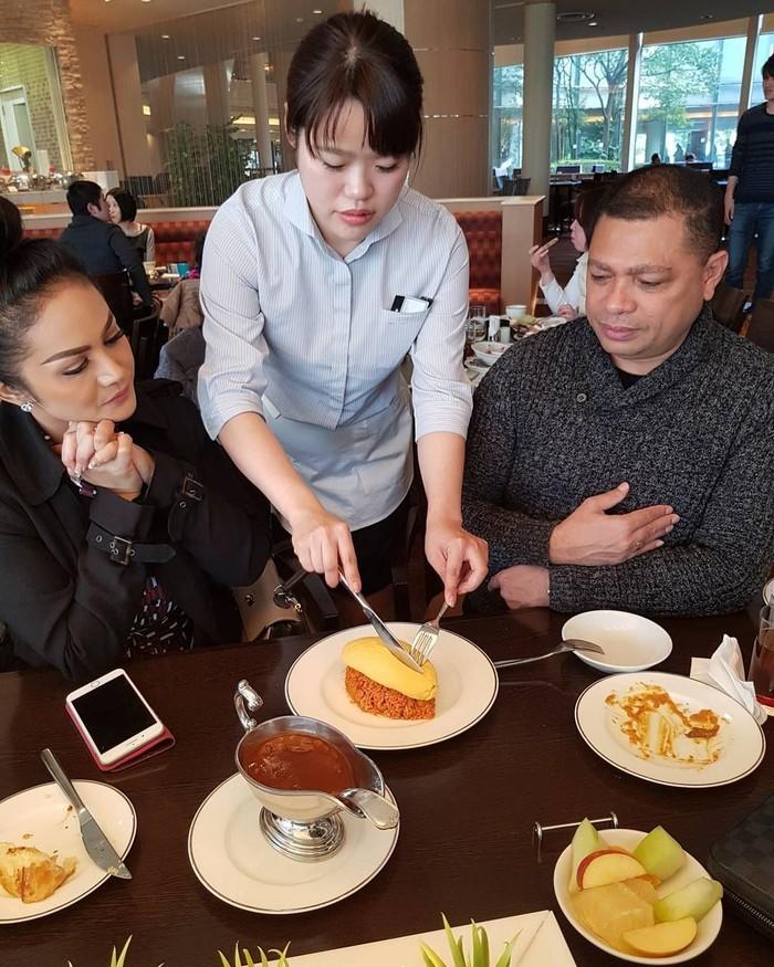 Menikmati omu rice, nasgor ala Japan. Sepiring berdua, tulis akun @raullemos06. Duh, so sweet banget makannya sepiring berdua. Foto: Instagram @raullemos06