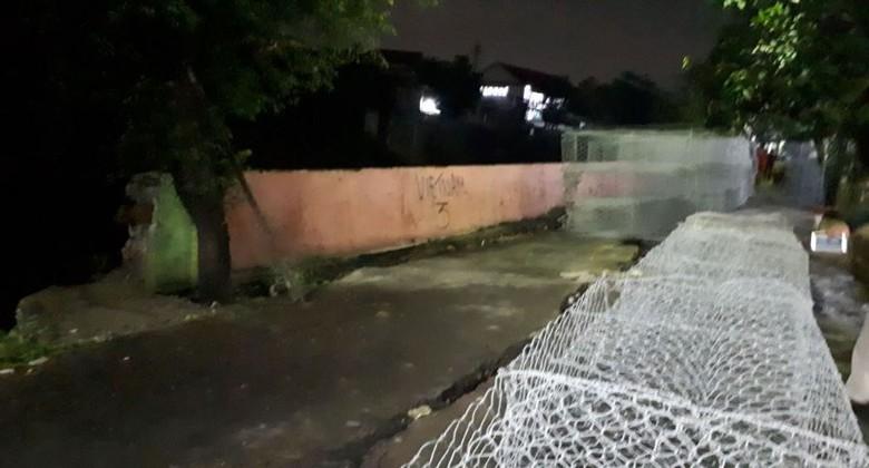Tembok Pembatas Bantaran Kali Ciliwung di Kampung Berlan Roboh