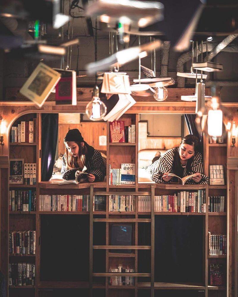 Adalah Book and Bed, sebuah penginapan yang memiliki konsep perpustakaan di dalamnya. bukan cuma tema, tetapi benar-benar ada di dalam rak buku! (Book and bed/Facebook)
