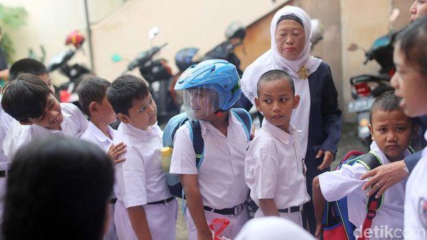 Arief suka memakai helmnya di sekolah