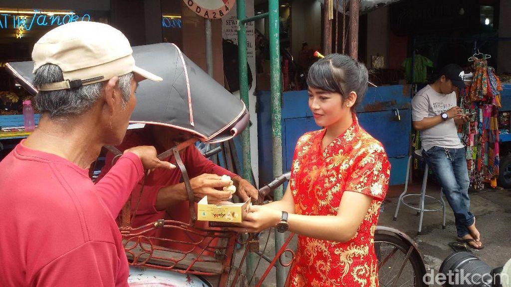 Kampanye Yogya Aman, Gadis-gadis Cantik Bagi 1.000 Bakpia di Malioboro