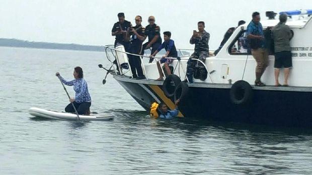 Turun dari kapal, Menteri Susi langusng ber-paddle board