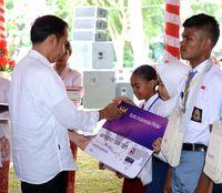 Selain kartu PKH, Jokowi juga menyerahkan KIP.