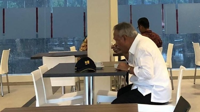 Cekrek! Menteri Basuki Tertangkap Kamera Sarapan Sendirian di Hotel Murah