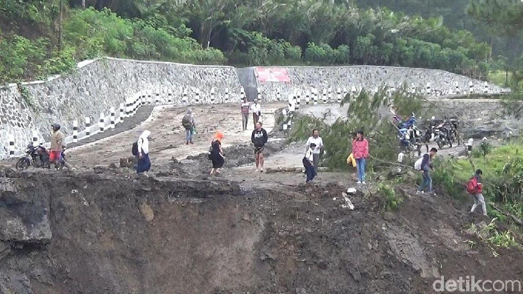 Jalan Banjarnegara-Pekalongan Amblas Sedalam 5 Meter