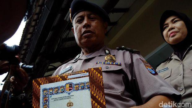 Aiptu Almunir (57) diberi penghargaan oleh Kapolda DIY.