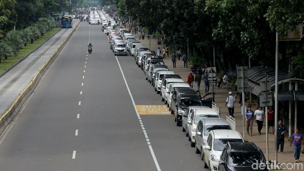 Mobil Aliando Terparkir Mengular di Jalan Merdeka Barat