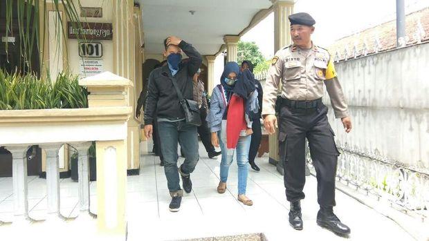 Pasangan mesum ini dibawa ke kantor polisi