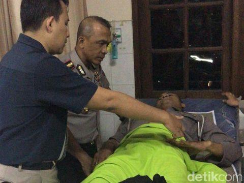 Kapolrestabes Surabaya Kombes Rudi Setiawan menjenguk Bripka Yulianto