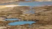 Laut Mati Mulai Kering, Muncul Lubang-lubang Cantik