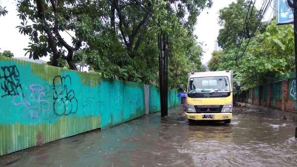 Hujan Deras, Genangan Muncul di Jalan Kemang Raya