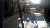 Sopir Taksi Ini Nangkring saat Mobilnya Diderek Dishub