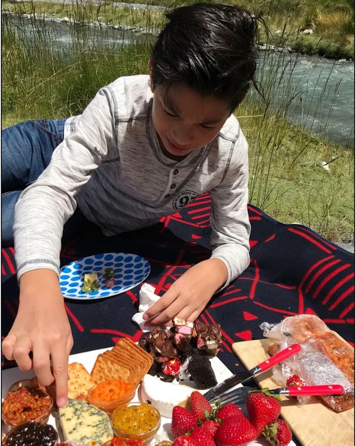 Akhir tahun lalu, Maudy dan keluarga kecilnya berlibur ke New Zealand. Mereka sempatkan piknik di area Mountain Aspiring National Park. Wah, Eddy nampak ingin melahap keju! Foto: Instagram maudykoesnaedi