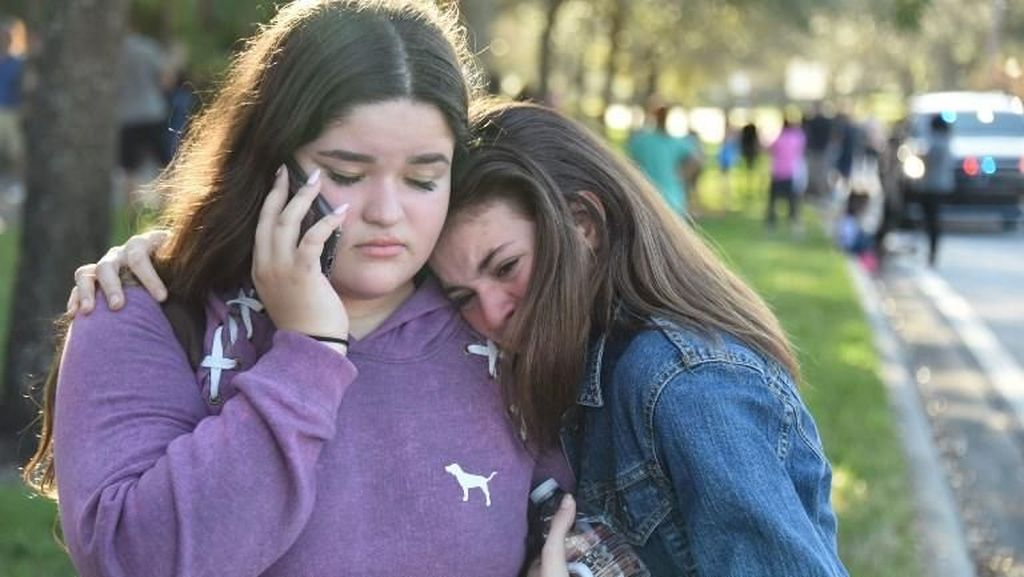 Foto: Wajah-wajah Duka Usai Penembakan Brutal di Sekolah Florida