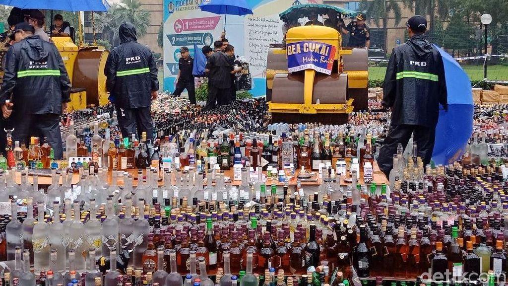 Bea-Cukai Musnahkan Ratusan Ribu Botol Miras hingga Rokok Ilegal
