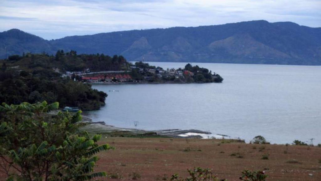 Cantik Danau Toba Dilihat dari Bukit Beta
