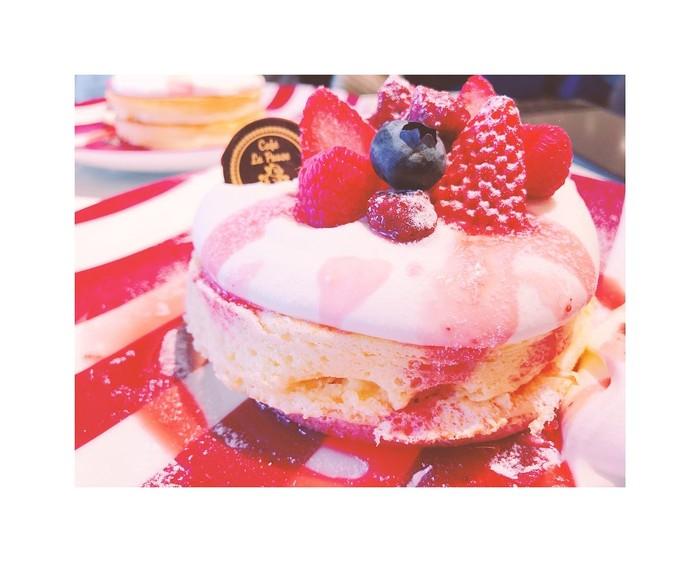 Fluffy pancake yang satu ini sangat menggiurkan. Pancake milikCafe la Pause di 3-1-3 Umeda, Osak ini empuk dengan topping strawberry dan blueberry. Lalu disiram saus strawberry yang manis asam. Foto: Istimewa